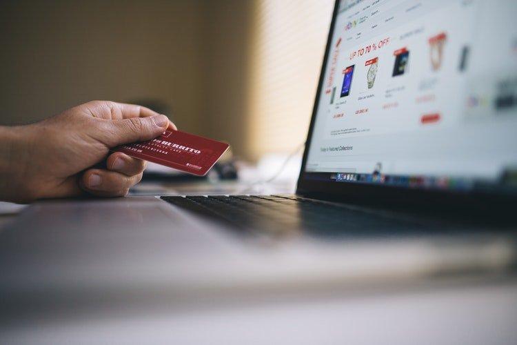 persona-comprando-e-commerce-externalizar