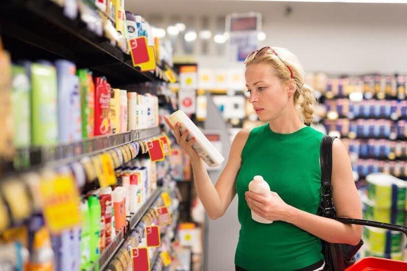 mujer-comprando-productos-retail-merchandising