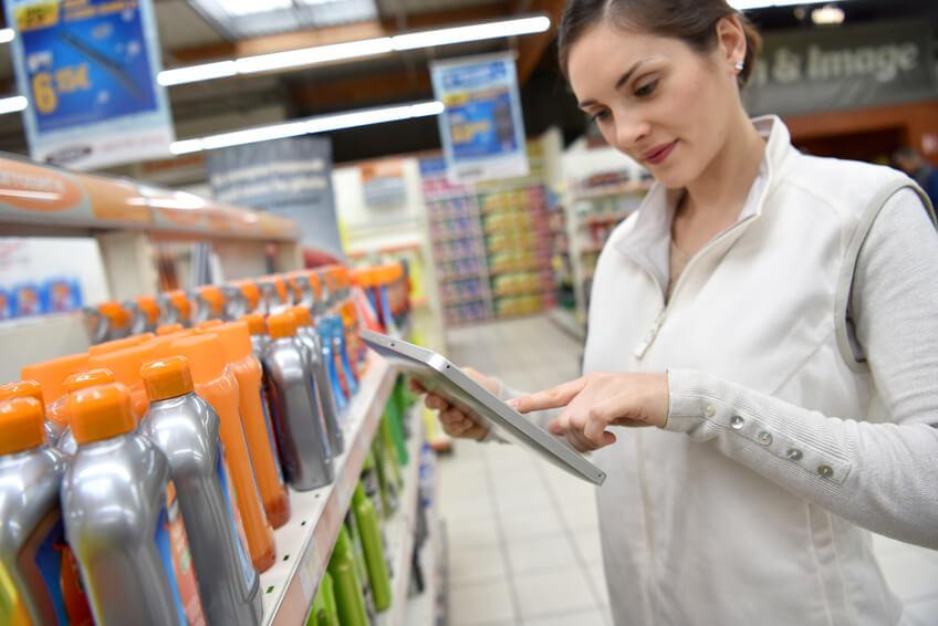 mujer-haciendo-control-de-stock-retail-merchandising